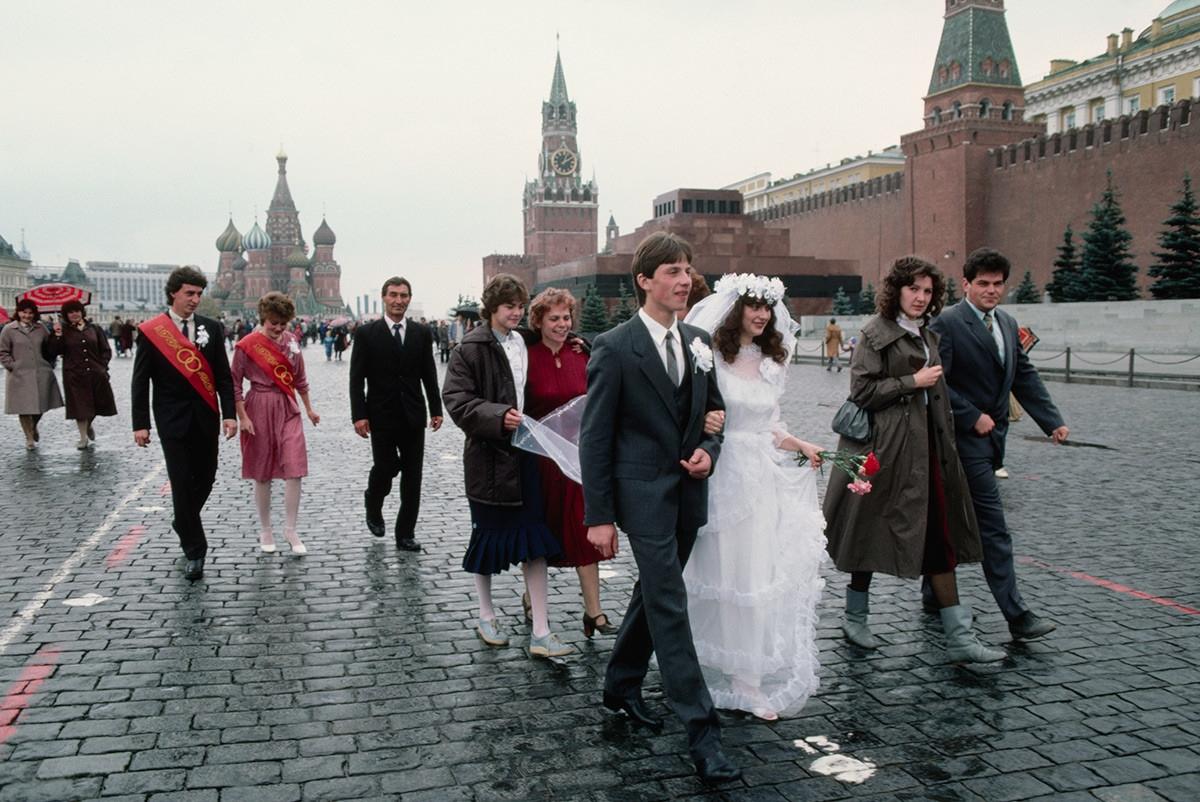 Theo truyền thống Xô viết, nhiều đám cưới chụp ảnh trên Quảng trường Đỏ ở thủ đô Moscow.