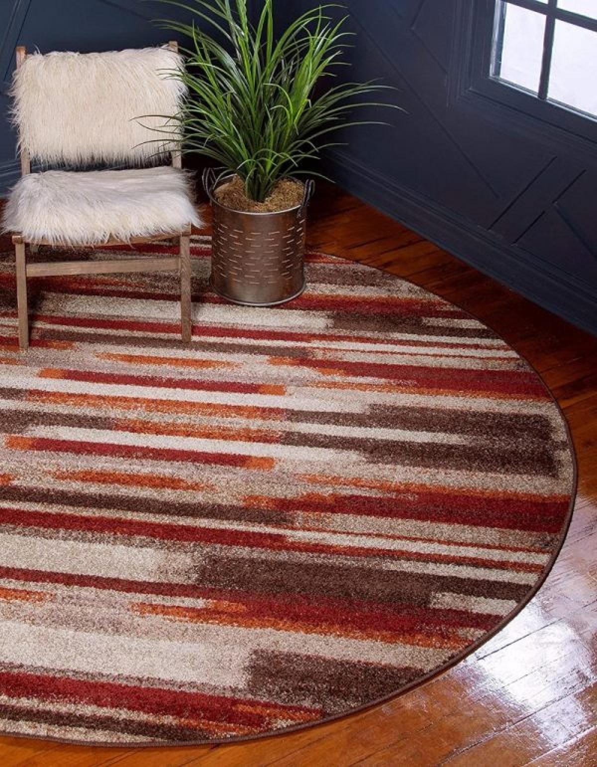 Tấm thảm màu đỏ loang nâu, trắng là điểm nhấn hoàn hảo, tạo sự ấm áp, sang trọng cho căn phòng.