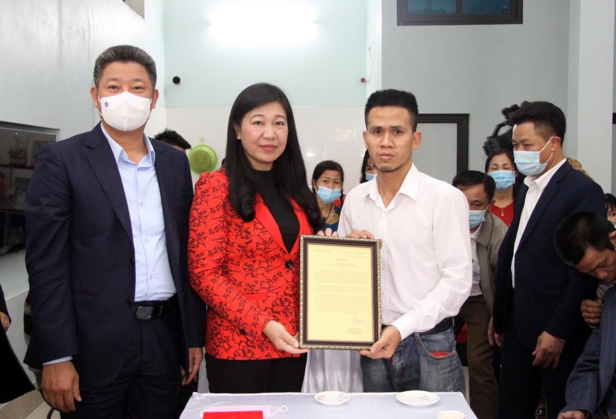 Bà Nguyễn Lan Hương trao Thư khen của Bí thư Thành ủyVương Đình Huệ cho anh Nguyễn Ngọc Mạnh,