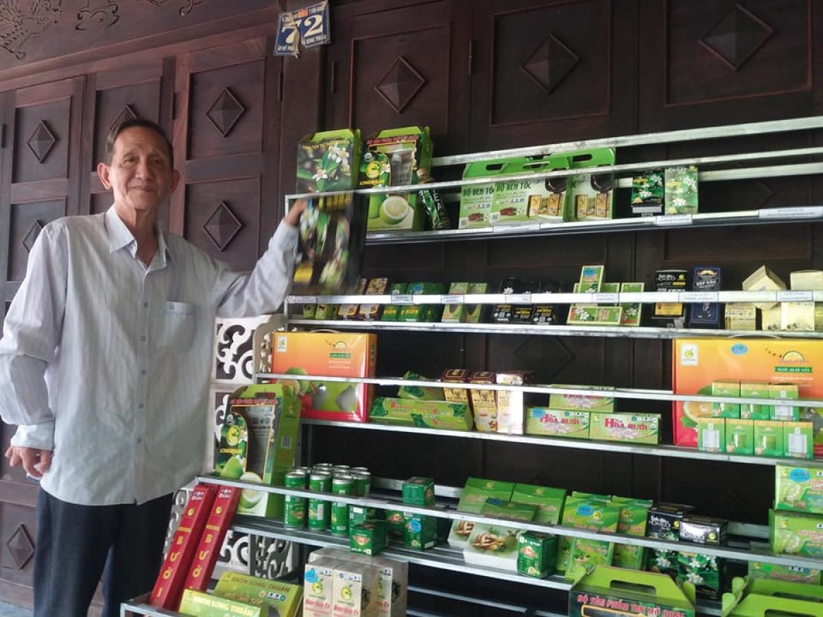 Ông Đoàn Văn Khanh với các sản phẩm của doanh nghiệp sản xuất.