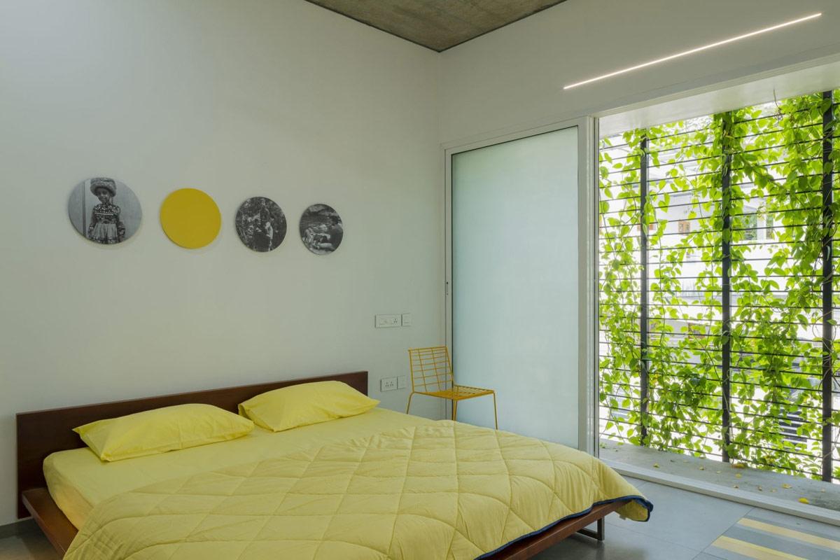 Màu vàng tươi mang lại sức sống rạng rỡ cho phòng ngủ.