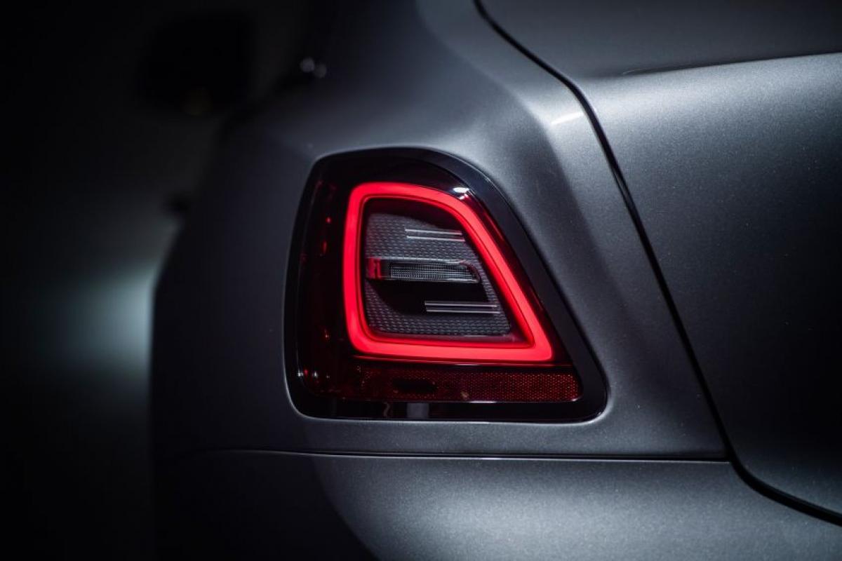 """Chiếc Ghost được áp dụng nền tảng Architecture of Luxury cũng được sử dụng trên chiếc SUV Cullinan cũng như chiếc Phantom. Khung xe của Rolls-Royce được gọi là """"chiếc thảm ma thuật"""" nhờ hệ thống treo khí nén tự cân bằng, được tăng cường bởi hệ thống treo phẳng, nơi các thành đòn trên phía trước có bộ giảm chấn riêng để chuyến đi mượt mà, êm ái hơn."""