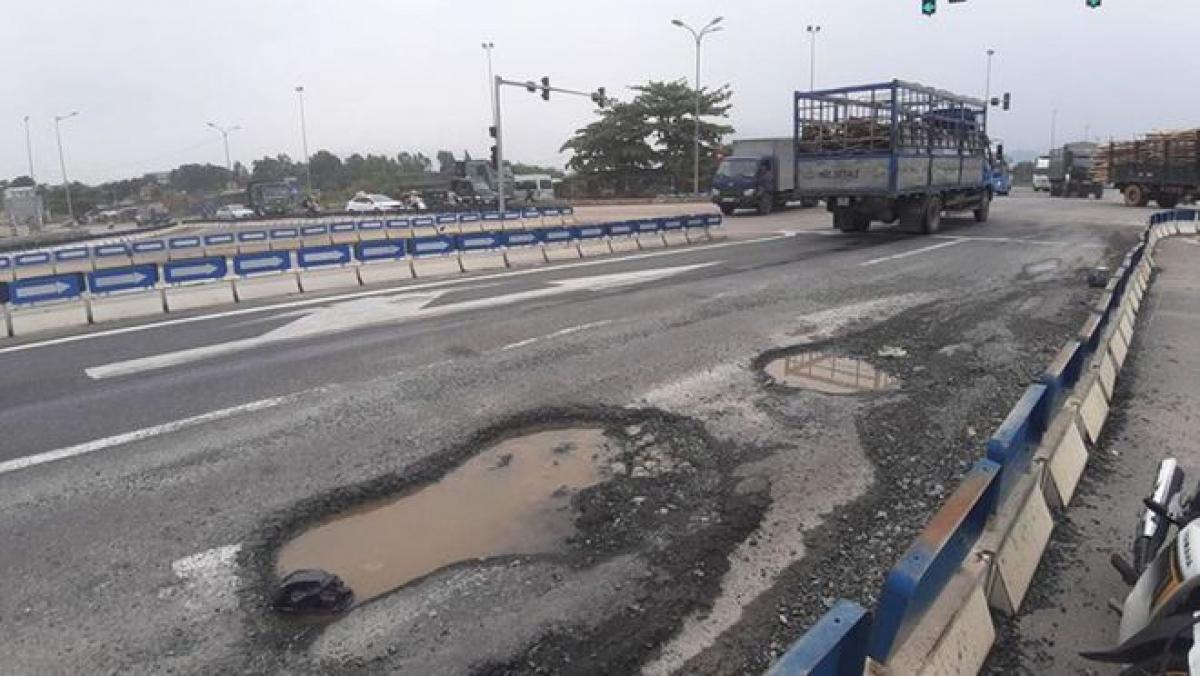 Cao tốc Đà Nẵng - Quảng Ngãi chỉ vừa đưa vào khai thác đã xuất hiện nhiều hư hỏng. Ảnh: Thanh Niên