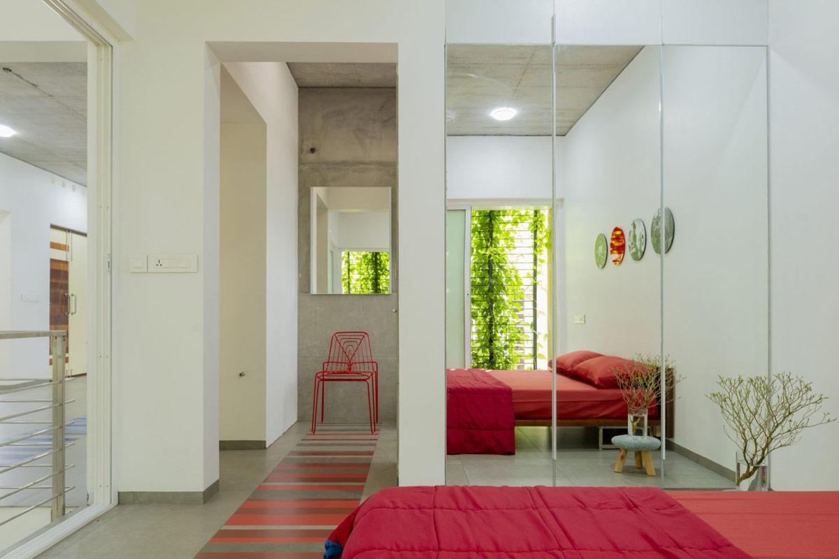 Gạch lát sàn, giường và ghế phối hợp ăn ý với nhau.