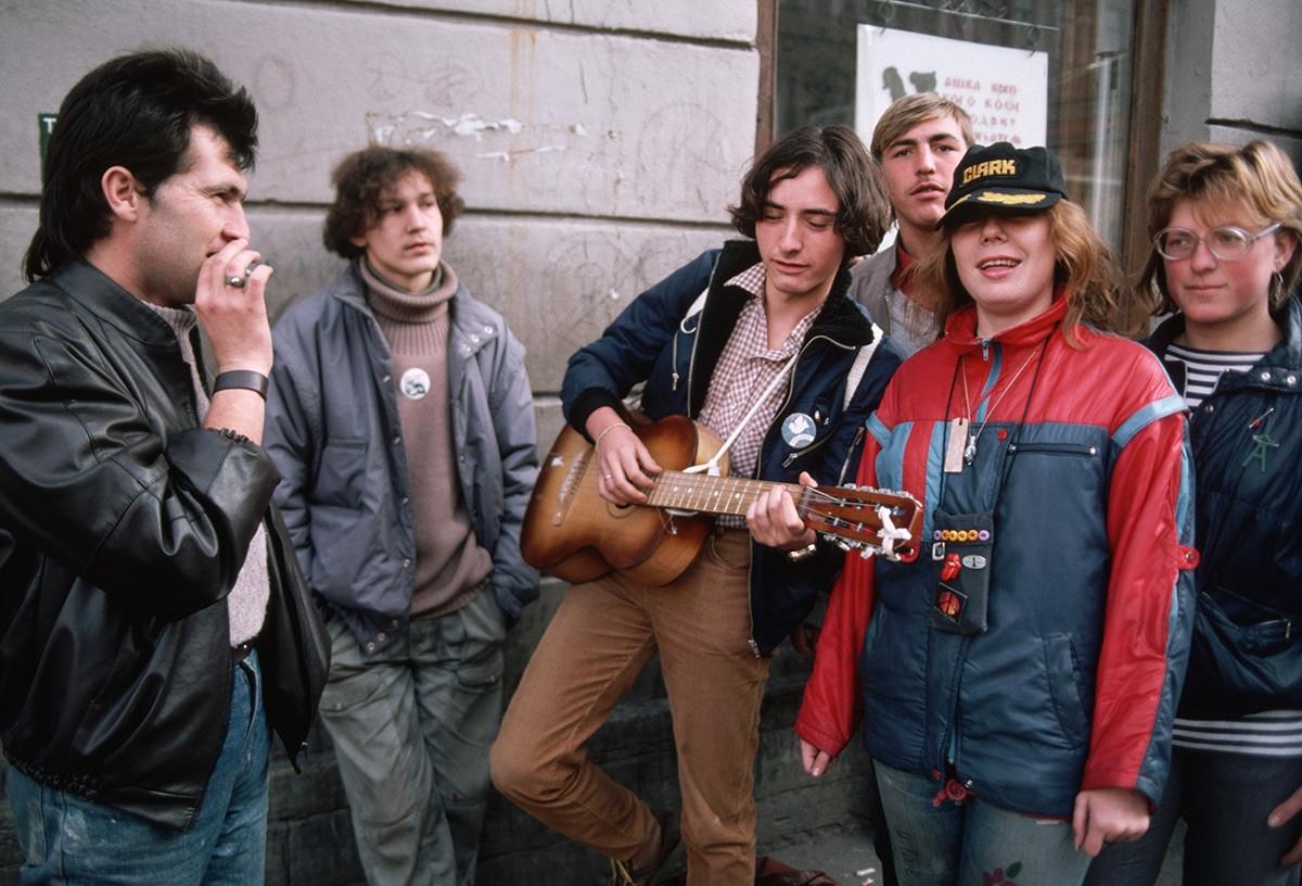 Thanh niên đàn hát vui chơi với nhau.