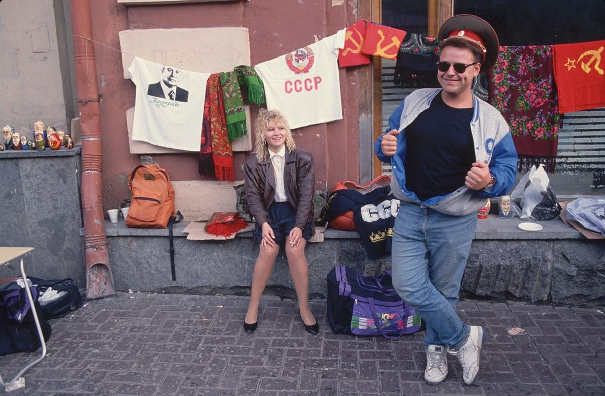 Đồ lưu niệm kiểu Xô viết trên con phố Arbat ở Moscow.