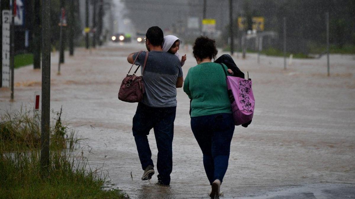 Nhiều đường phố ở Sydney rơi vào tình trạng ngập lũ. Ảnh: BBC