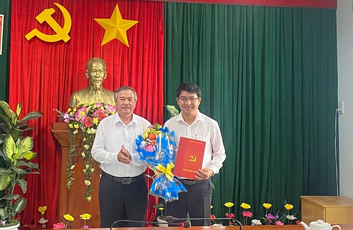 Ông Nguyễn Giờ, Trưởng Ban Tổ chức Tỉnh ủy (bên phải) trao Quyết định cho ông Lương Đình Tiên.