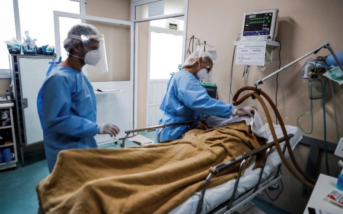 Bác sĩ chăm sóc cho bệnh nhân Coivd-19 phải điều trị tích cực, tại thành phố Porto Alegre, Brazil. (Ảnh: EPA)