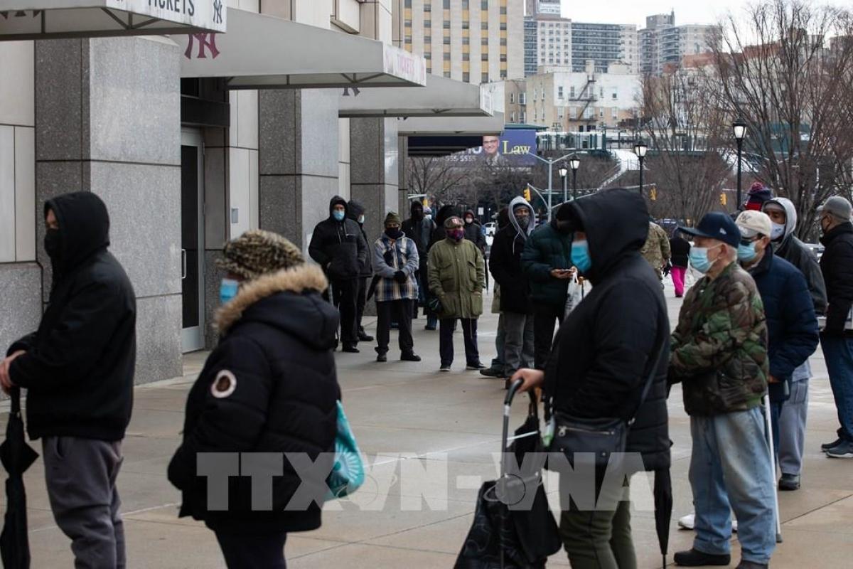 Người dân xếp hàng chờ xét nghiệm Covid-19 tại NewYork, Mỹ. Ảnh: TTXVN