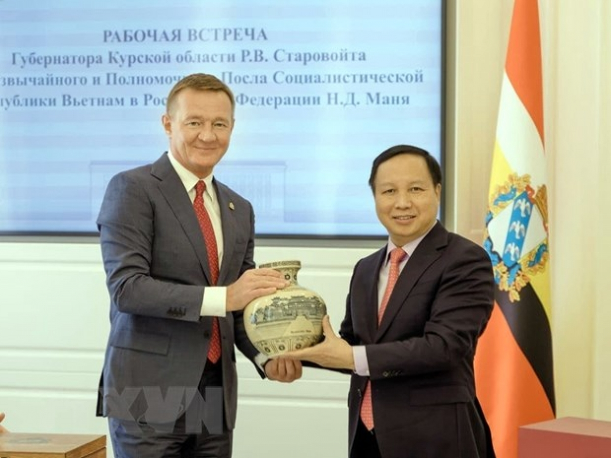Vietnamese Ambassador to Russia Ngo Duc Manh (L) and the Governor of Kursk province Roman Starovoit (Photo: VNA)