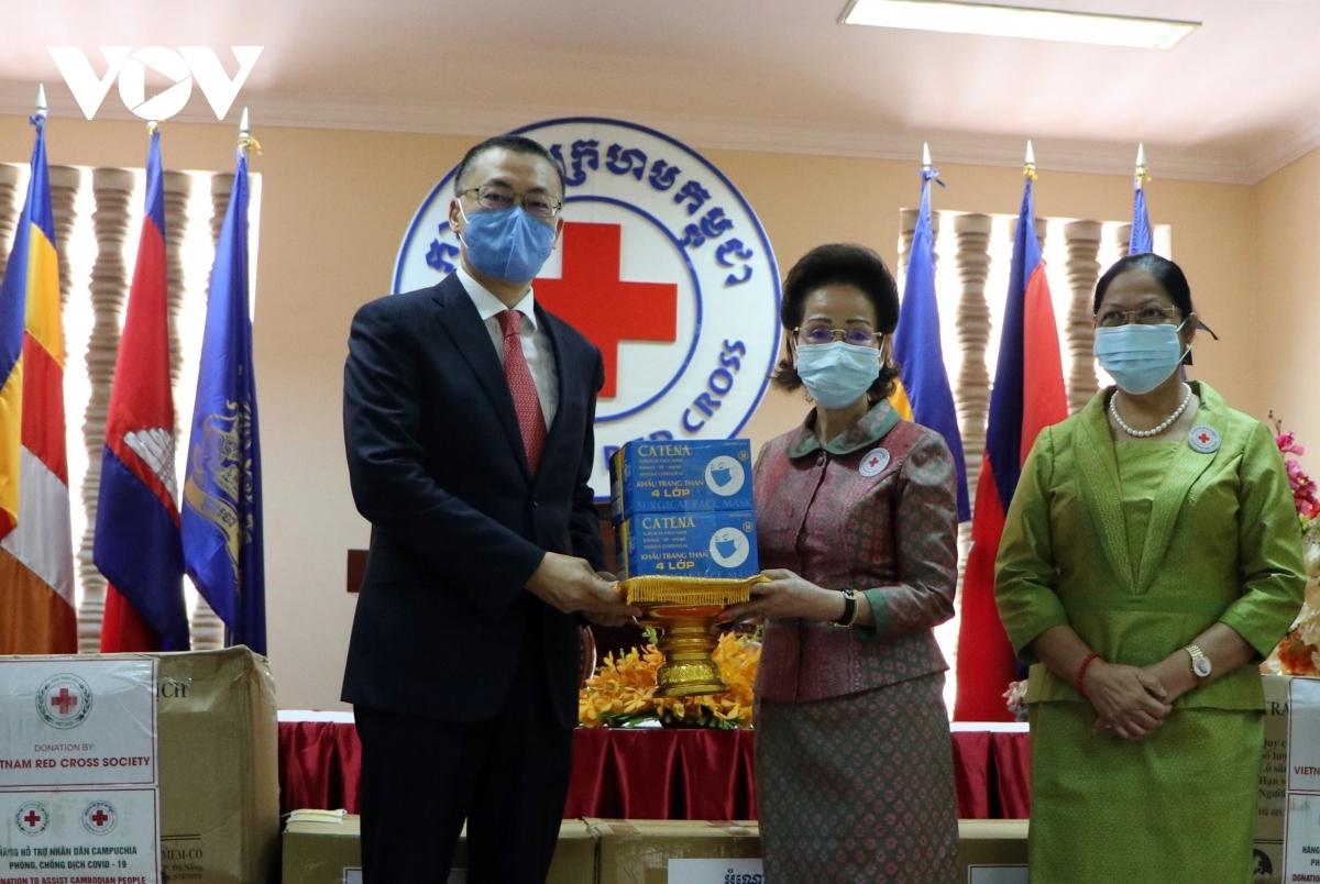 Ambassador Vu Quang Minh (left) presents medical equipment to the Cambodian Red Cross.