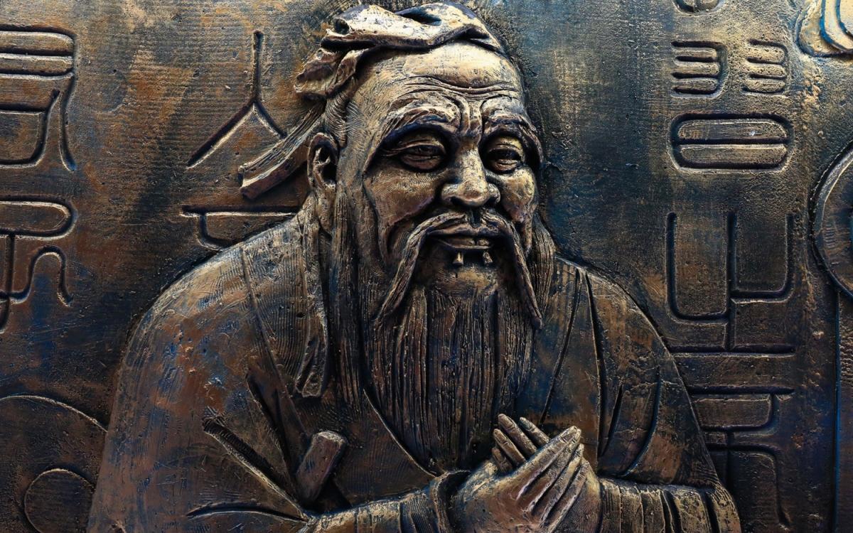 Bức chạm đồng Khổng Tử tại Bắc Kinh. Ảnh: China File.