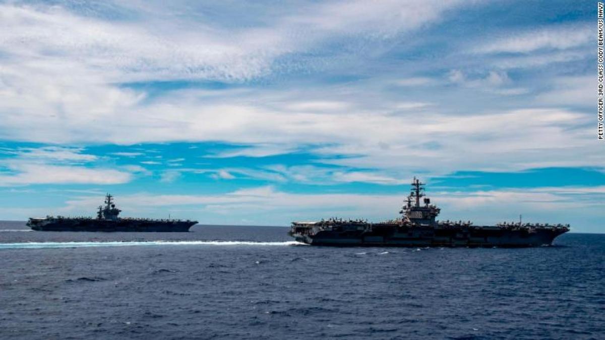 Tàu sân bay USS Nimitz và Ronald Reagan đi qua Biển Đông. Ảnh: CNN