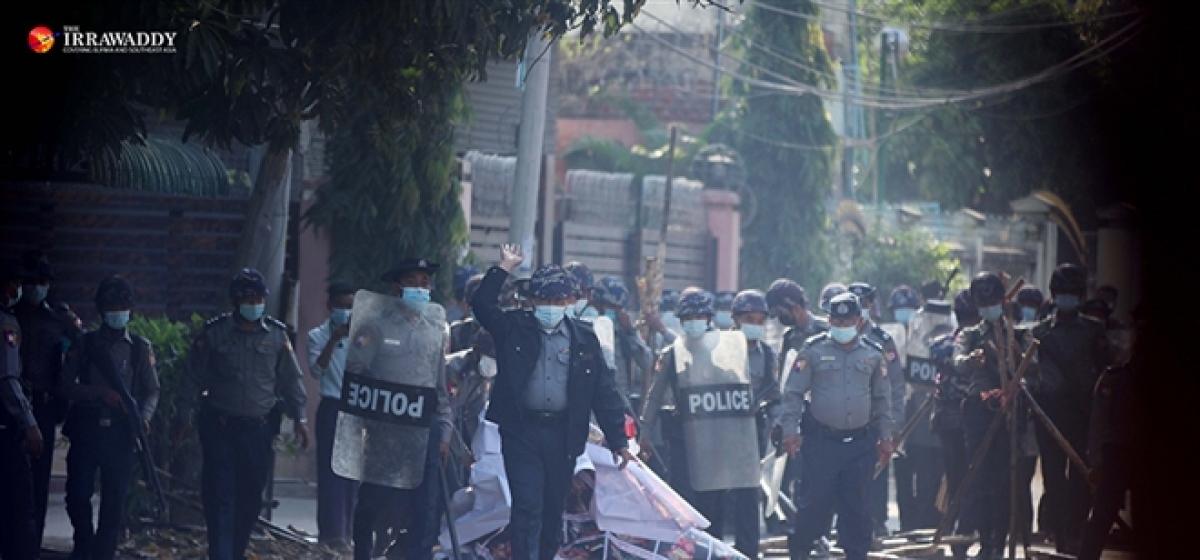 Hơn 600 cảnh sát Myanmar tham gia biểu tình với dân. Ảnh: The Irrawaddy