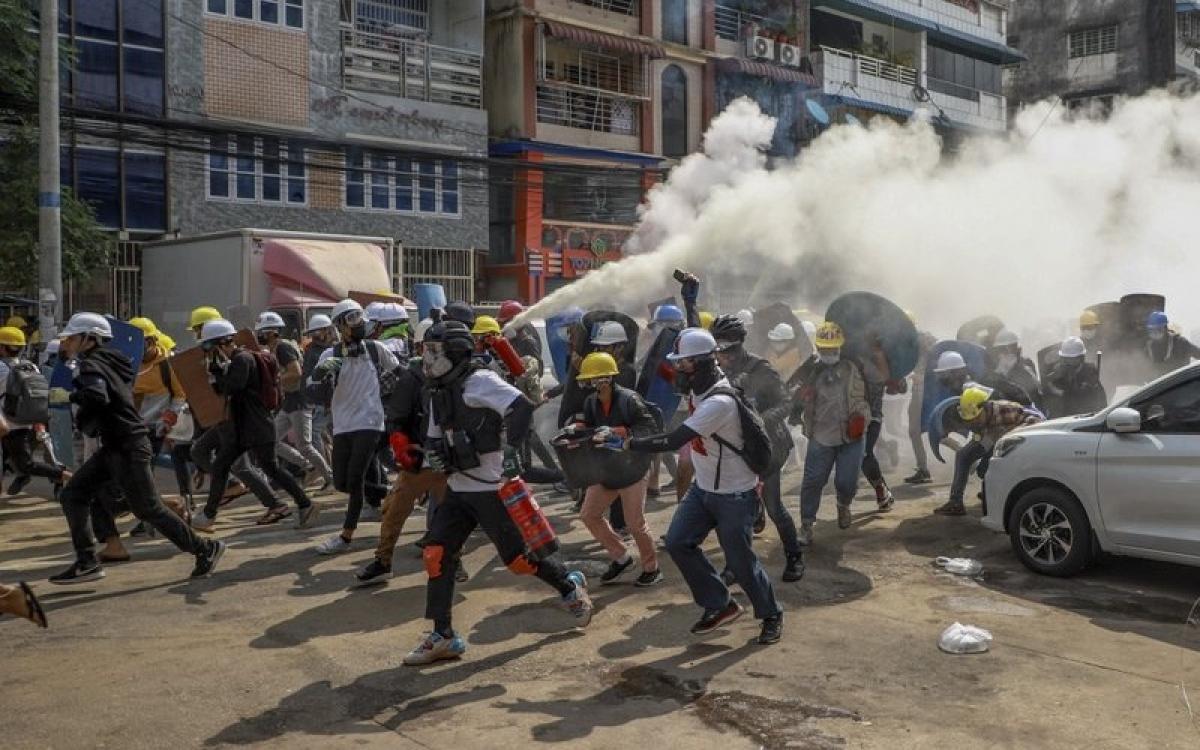 Biểu tình ở Myanmar hôm 3/3. Ảnh: AP.