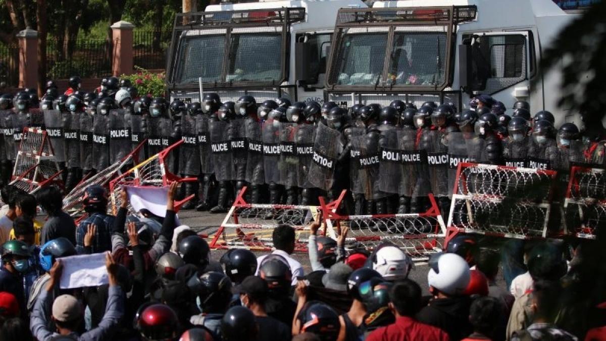 Cuộc đối đầu giữa người biểu tình và cảnh sát của chính quyền quân sự Myanmar trên đường phố. Ảnh: Euractiv.