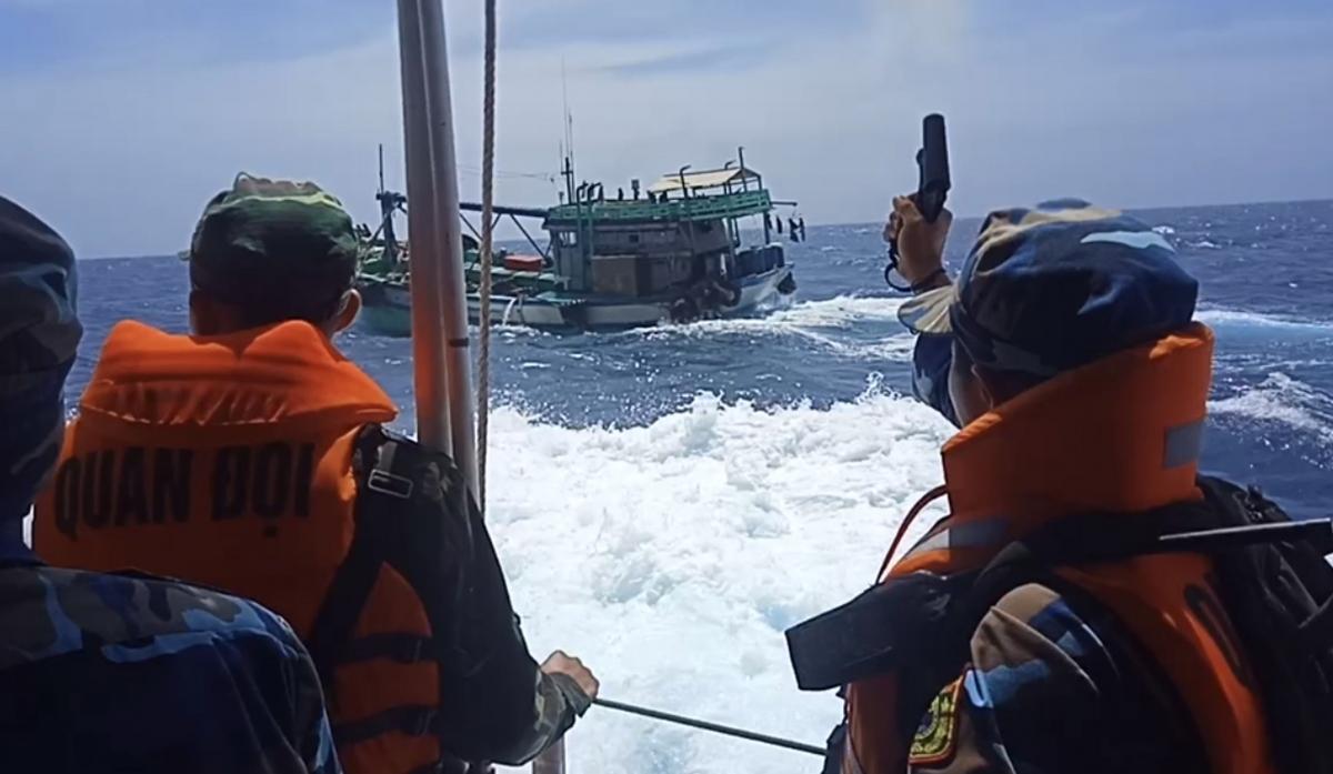Nổ súng truy bắt tàu cá vận chuyển dầu D.O không rõ nguồn gốc