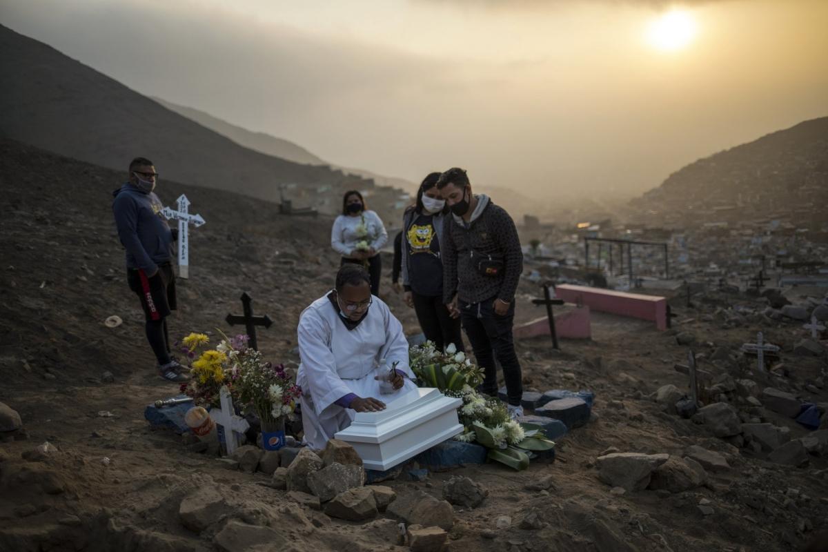 Số người chết tăng cao ở Peru. Ảnh: AP