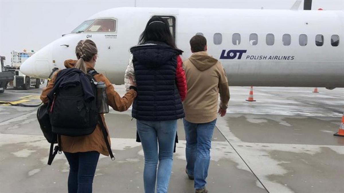 Hai nghị phạm người Ukraine bị Séc dẫn độ về Mỹ (ảnh IDNES.cz)