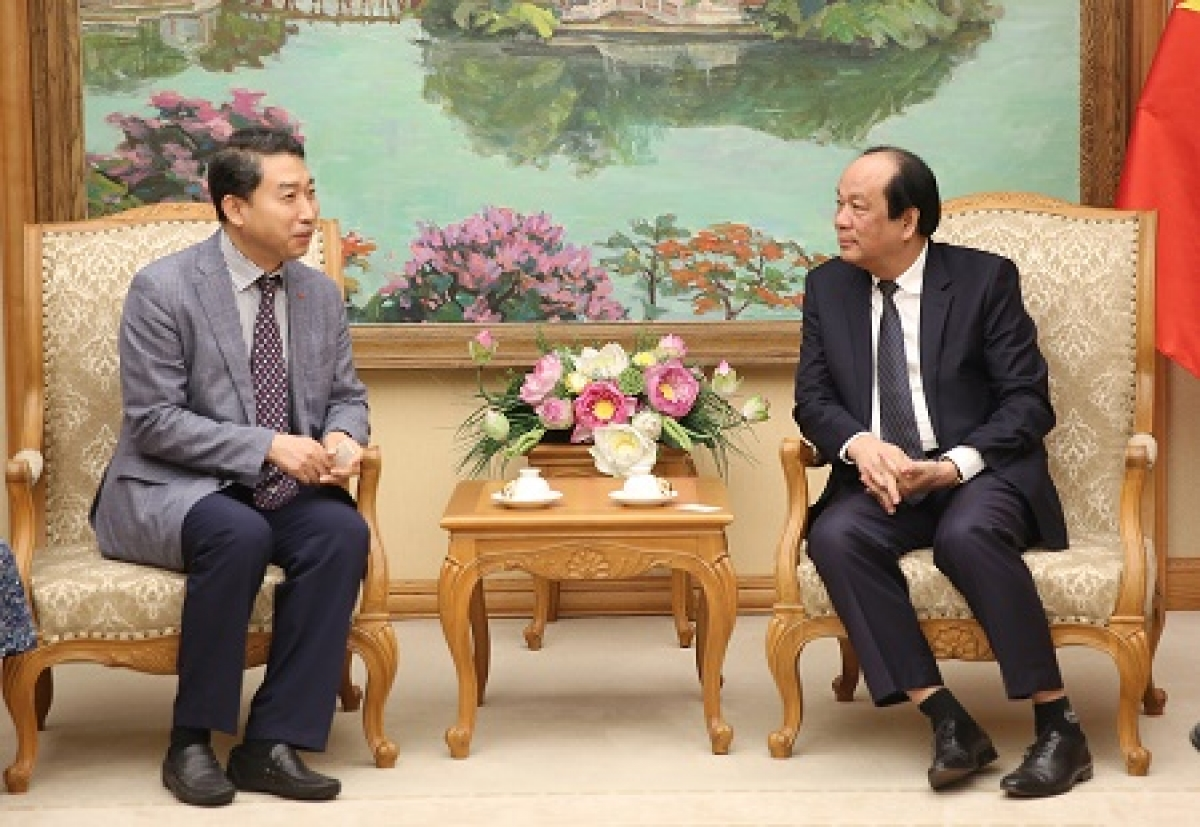 Minister and Chairman of the Government Office Mai Tien Dung hosts Lee Kang-woo, general director of Lotte Properties Thu Thiem in Vietnam (Photo: VGP)