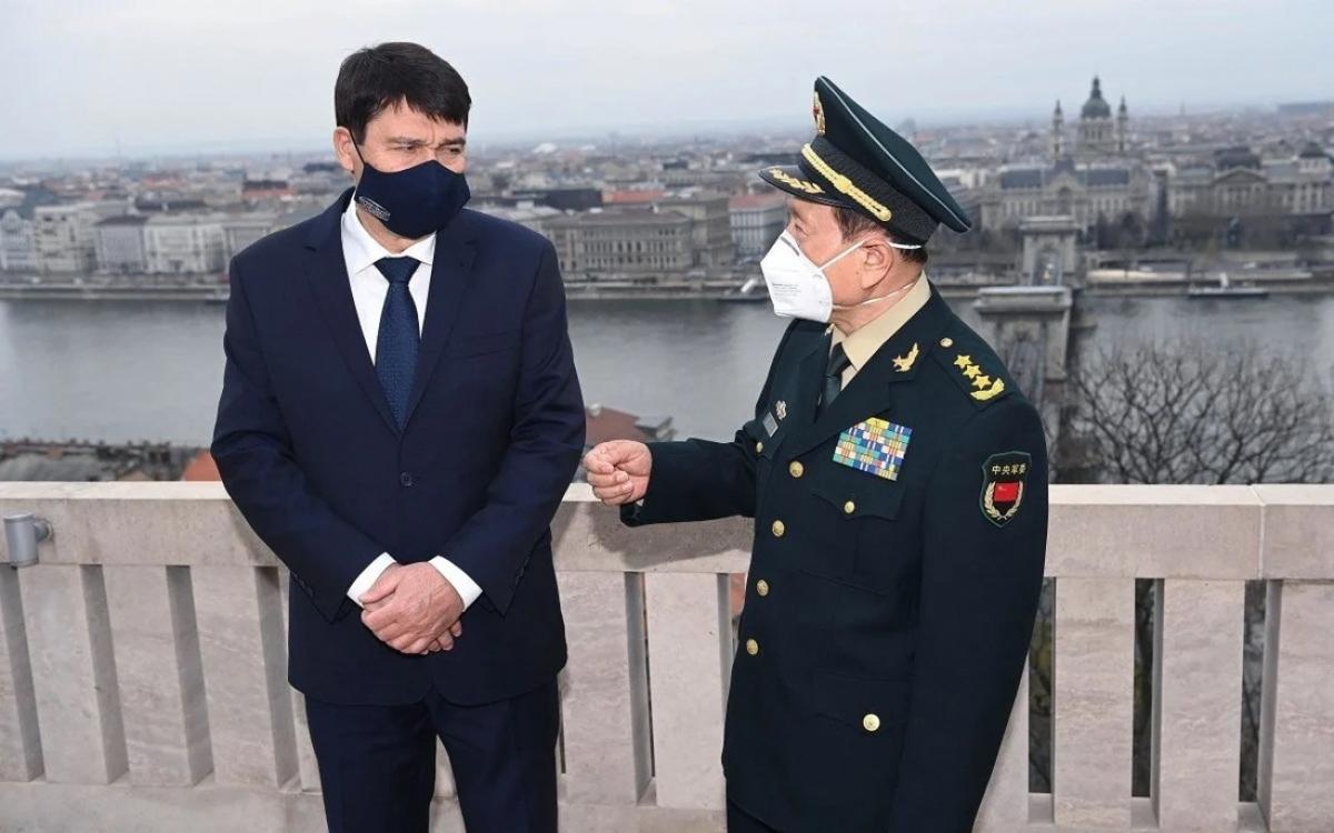 Bộ trưởng Quốc phòng Trung Quốc Ngụy Phượng Hòa (bên phải) nói chuyện với Tổng thống Hungary Janos Ader. Ảnh: EPA.