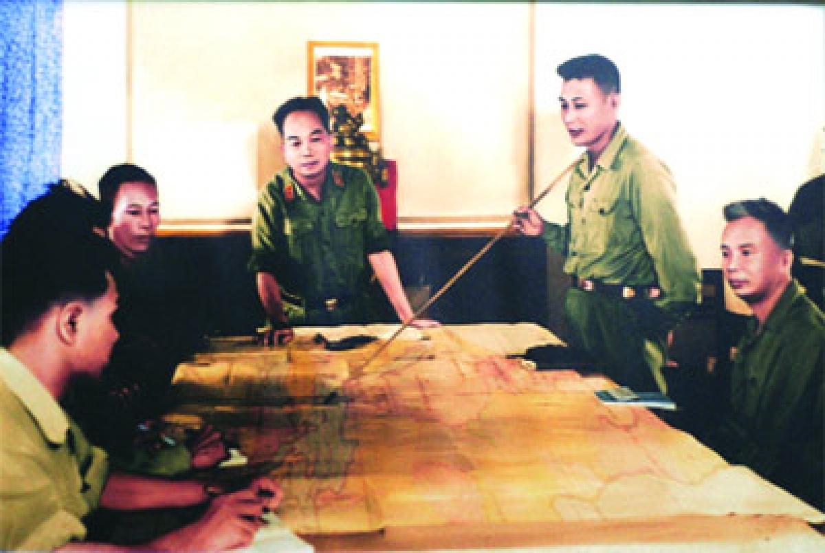 Tư lệnh Bộ đội Trường Sơn Đồng Sĩ Nguyên báo cáo với Đại tướng Võ Nguyên Giáp kế hoạch chuẩn bị chiến dịch Đường 9-Nam Lào. Ảnh tư liệu.
