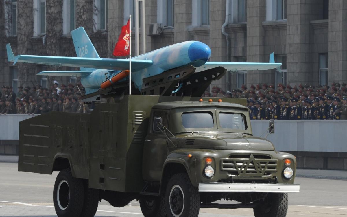 Một chiếc UAV của Triều Tiên (đặt trên xe tải) trong một cuộc diễu binh. Ảnh: Defence Talk.