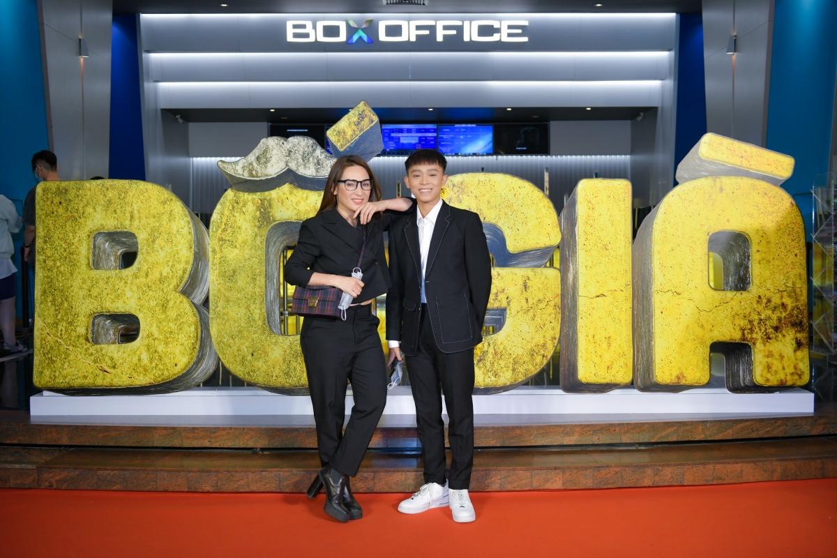 Phi Nhung đưa con trai Hồ Văn Cường đi xem phim.