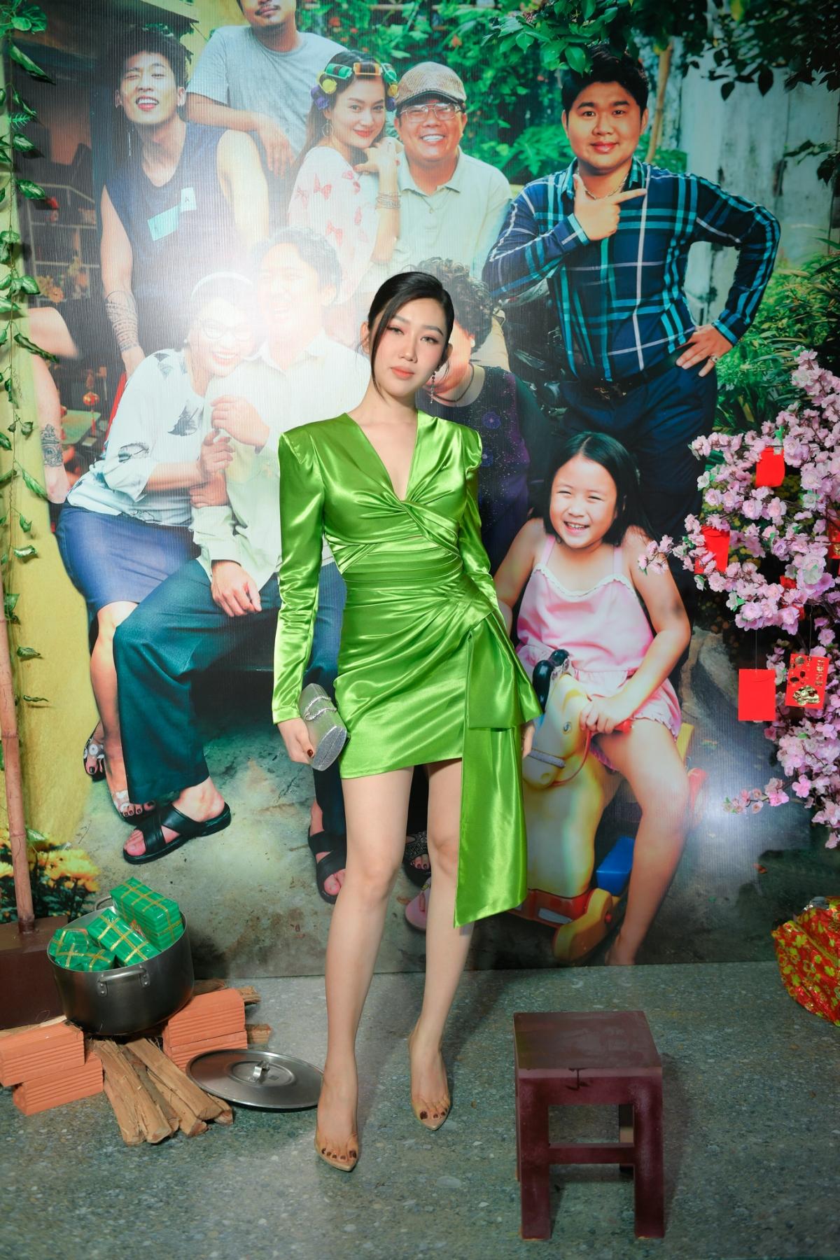 Diễn viên Thuý Ngân thướt tha trong bộ váy xanh.