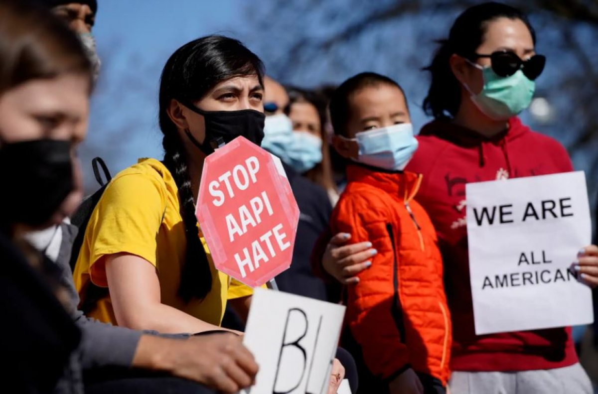 Những người biểu tình chống phân biệt chủng tộc và kêu gọi sự đoàn kết trên toàn nước Mỹ ở Chicago. Ảnh: AP