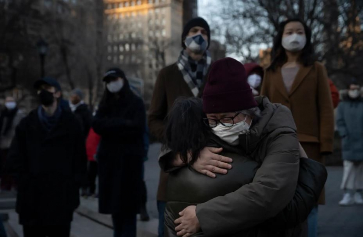 Mọi người ôm nhau ở Quảng trưởng Union ở New York ngày 19/3 khi tưởng niệm những người thiệt mạng trong vụ xả súng ở Atlanta. Ảnh: Washington Post