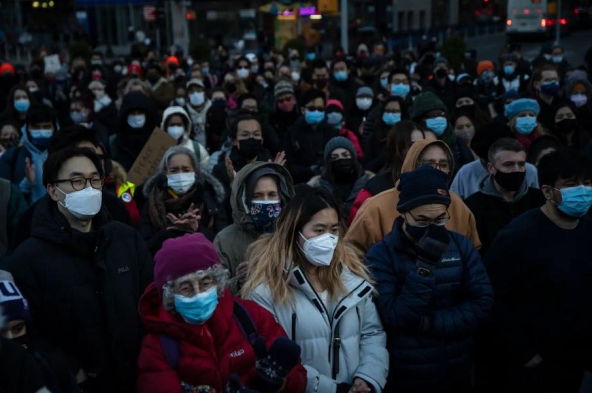 Một đám đông tập trung ở Quảng trưởng Union trong buổi tưởng niệm các nạn nhân người gốc Á. Ảnh: Washington Post
