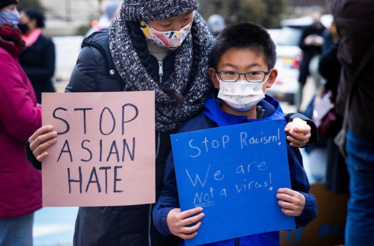 """Melissa Min và con trai tham dự một buổi cầu nguyện ở Philadelphia với thông điệp: """"Hãy chấm dứt sự thù ghét người gốc Á"""" và """"Hãy chấm dứt phân biệt sắc tộc. Chúng tôi không phải là virus"""". Ảnh: Reuters"""