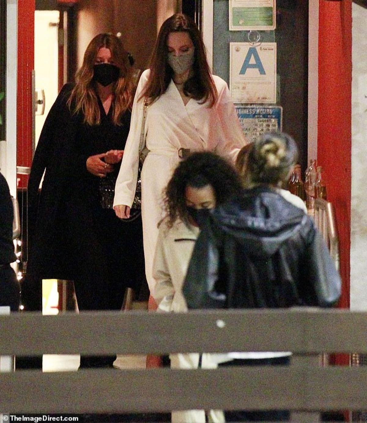 Angelina Jolie và Ellen Pompeo cùng nhau thưởng thức bữa tối vui vẻ tại nhà hàng ở Beverly Hills, Los Angeles vừa qua.