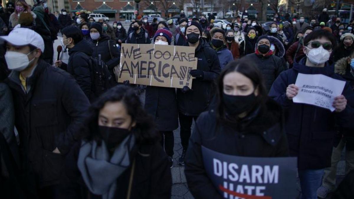"""Buổi tưởng niệm các nạn nhân người gốc Á thiệt mạng trong vụ xả súng ở Atlanta với những khẩu hiệu như: """"Chúng tôi cũng là người Mỹ"""" hay """"Hãy xóa bỏ sự thù ghét"""" đươc tổ chức ở thành phố New York ngày 19/3./. Ảnh: Reuters"""