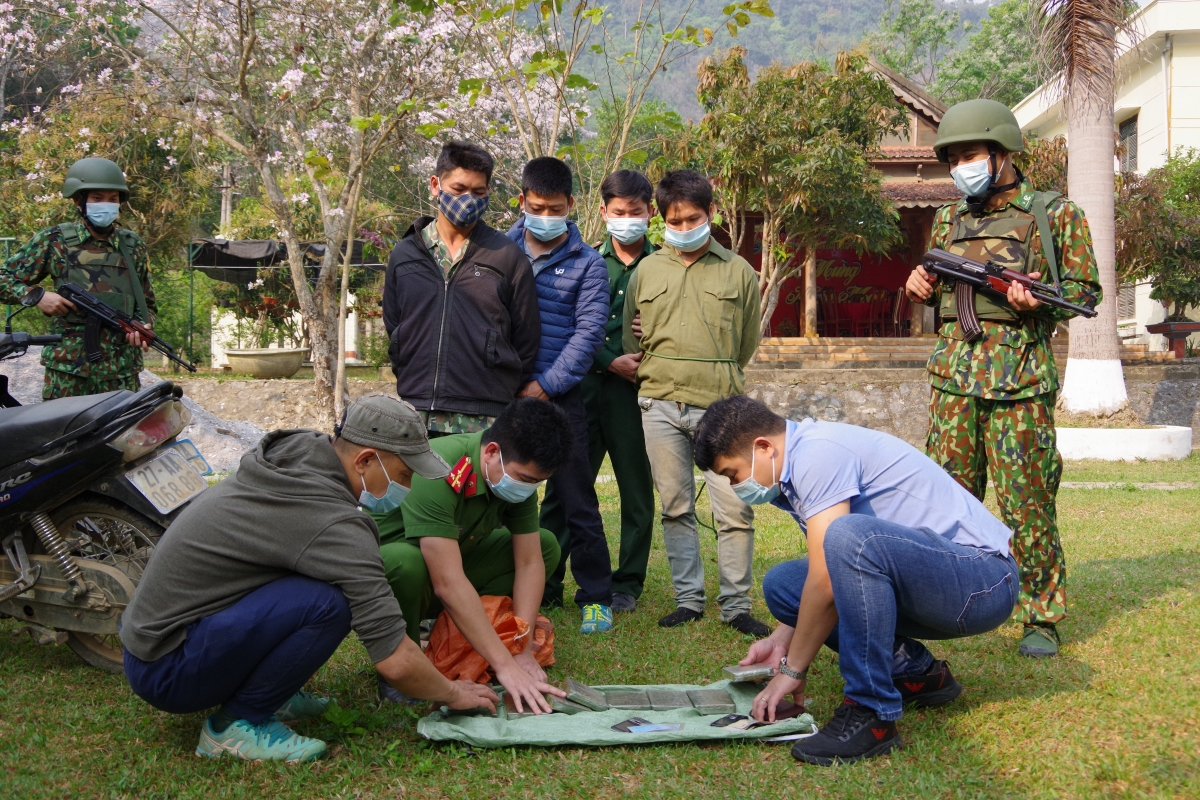 Lực lượng chức năng kiểm tra tang vật tại chỗ phát hiện 9 bánh hình vuông dạng bột nén