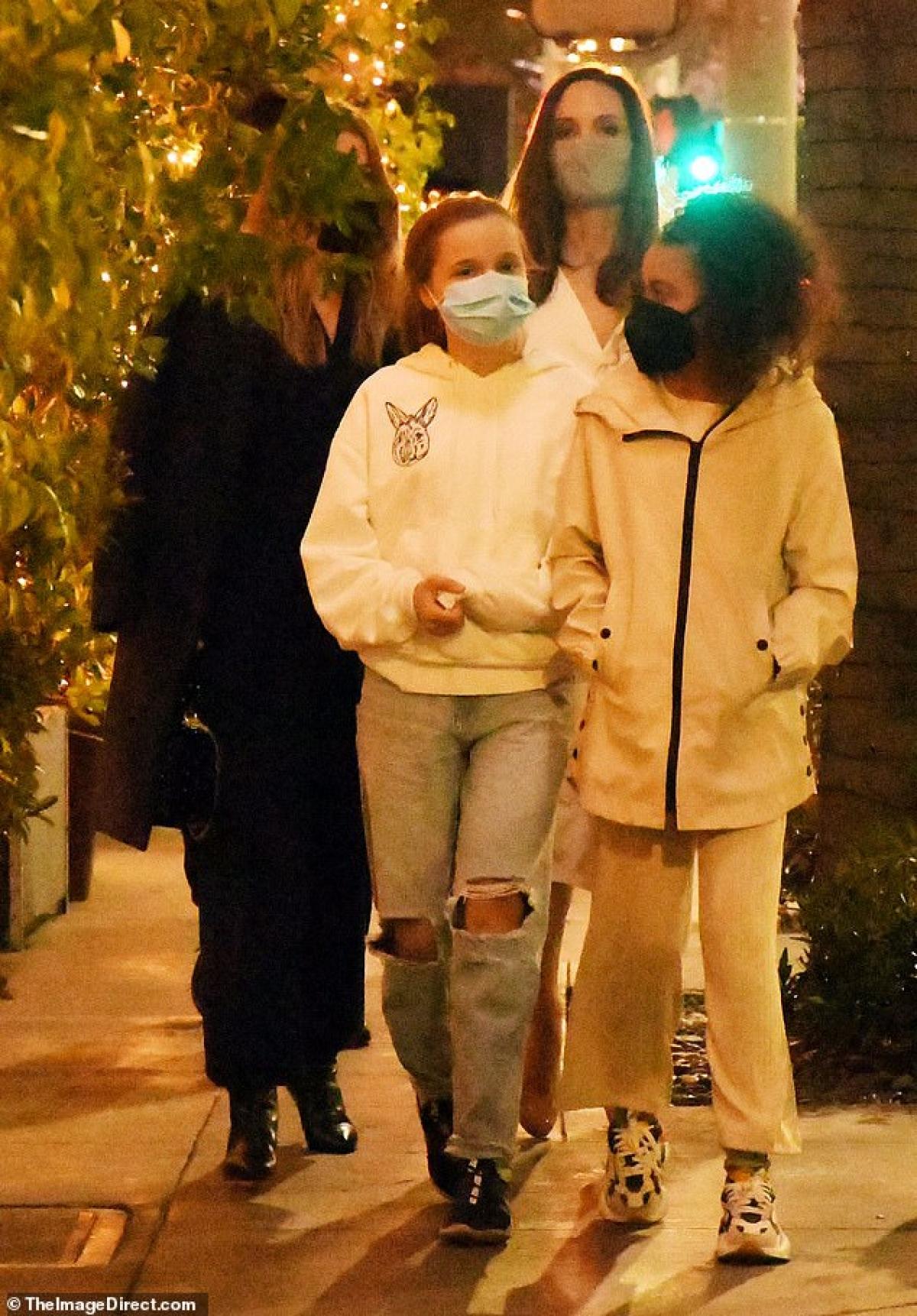 Angelina Jolie đưa con gái cưng Vivienne đi cùng.