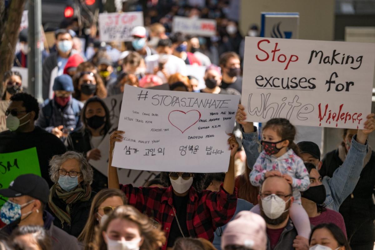 """Theo báo cáo mới nhất vừa được công bố, kể từ tháng 3/2020 đến hết tháng 2/2021, đã có gần 3.800 vụ tấn công nhằm vào người Mỹ gốc Á ở 48/50 bang của Mỹ. Trong ảnh là thông điệp """"Hãy chấm dứt biện hộ cho bạo lực da trắng"""" và """"Chấm dứt sự thù ghét người gốc Á"""" được viết bằng nhiều thứ tiếng trong cuộc biểu tình ở Atlanta ngày 20/3. Ảnh: Getty"""