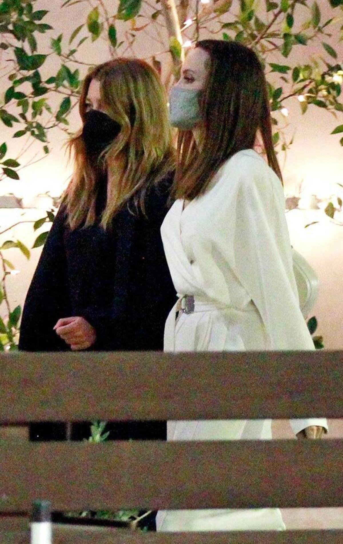 Angelina Jolie và Ellen Pompeo trở nên thân thiết khi làm hàng xóm của nhau.