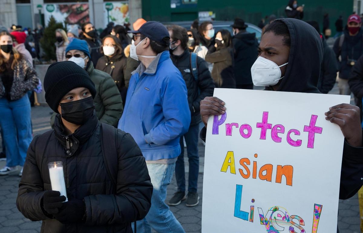 Những người biểu tình tham gia một buổi lễ ở Quảng trường Union tại thành phố New York nhằm tưởng niệm các nạn nhân trong vụ xả súng ở Atlanta ngày 19/3. Ảnh: Getty