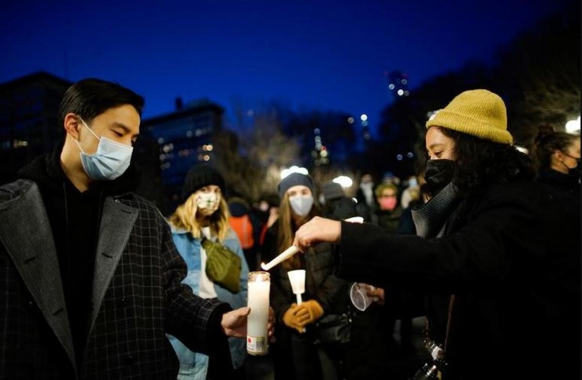 Mọi người thắp nến tưởng nhớ những người là nạn nhân của các hành vi thù ghét người gốc Á trong một buổi cầu nguyện ở thành phố New York ngày 19/3. Ảnh: Reuters