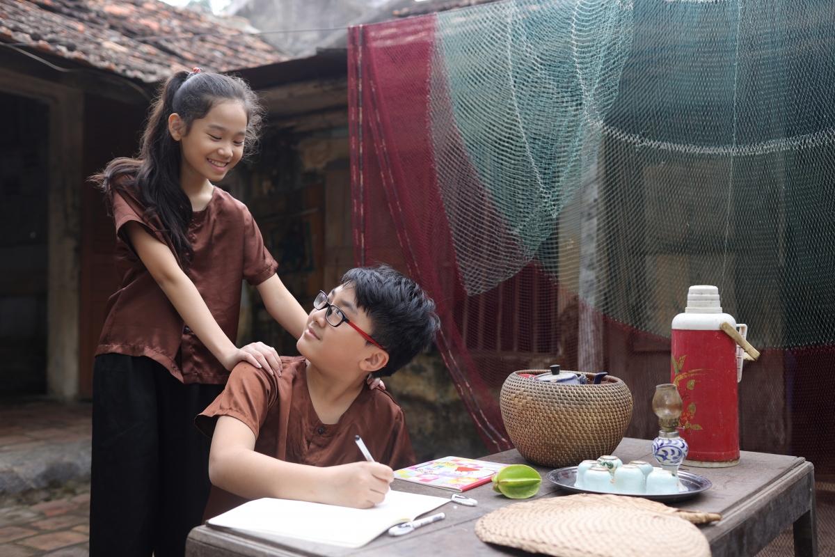 Minh Trí cùng bạn diễn Hà Linh.
