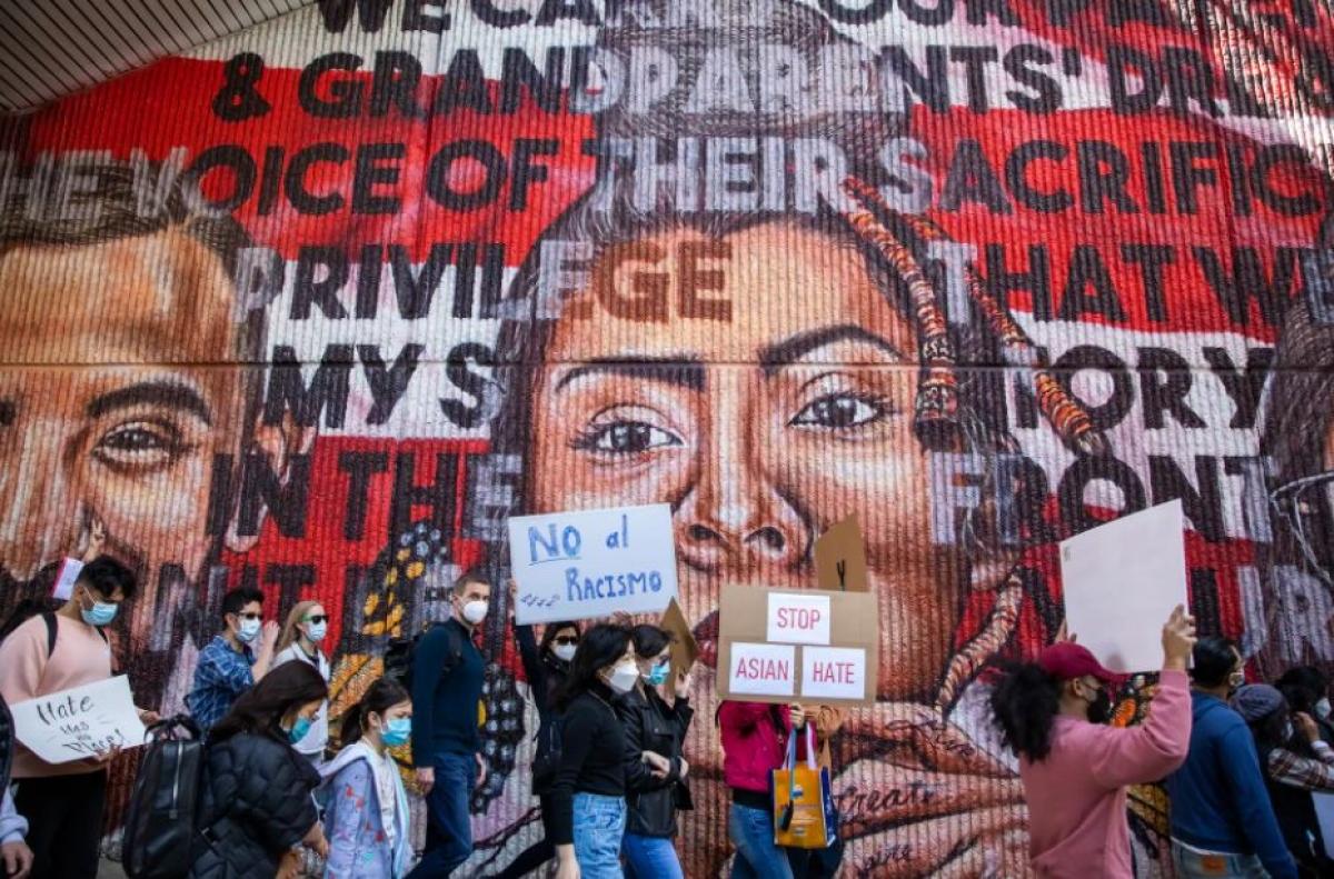 Những người biểu tình diễu hành qua một bức bích họa ở Atlanta ngày 20/3 với các thông điệp chống phân biệt chủng tộc và chấm dứt sự thù ghét người châu Á. Ảnh: Washington Post