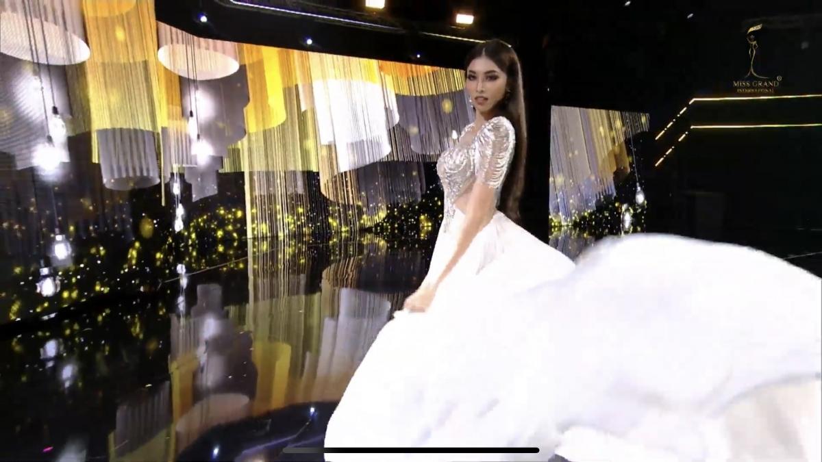 """Cách xử lý trang phục đầy thông minh với màn hất váy của nàng Á hậu cũng nhận về vô số lời khen ngợi, fan liên tục gọi tên """"Miss bấm quẻ"""" mỗi khi cô tương tác với máy."""