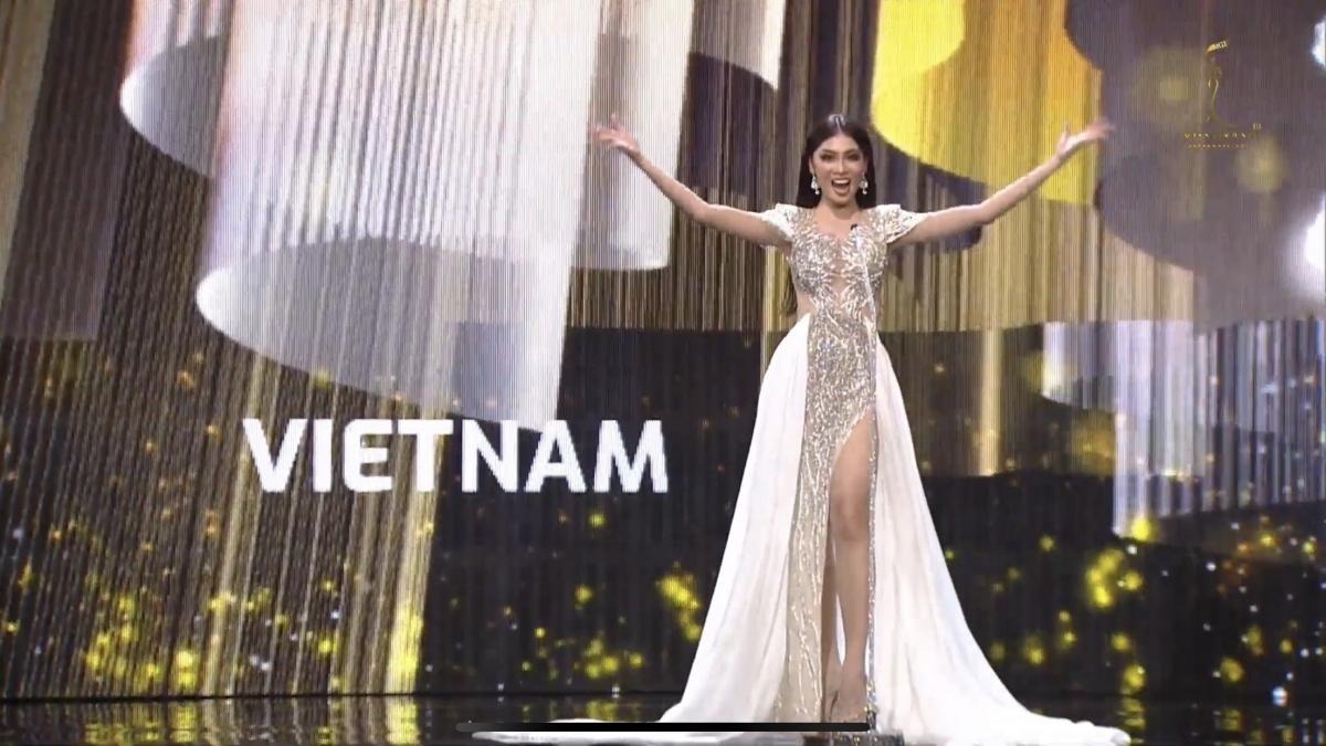 Ngay khi vừa xuất hiện, Ngọc Thảo đã tự tin hô vang hai tiếng Việt Nam trong đêm Bán kết Miss Grand International 2020 (Hoa Hậu Hoà Bình Quốc Tế 2020).