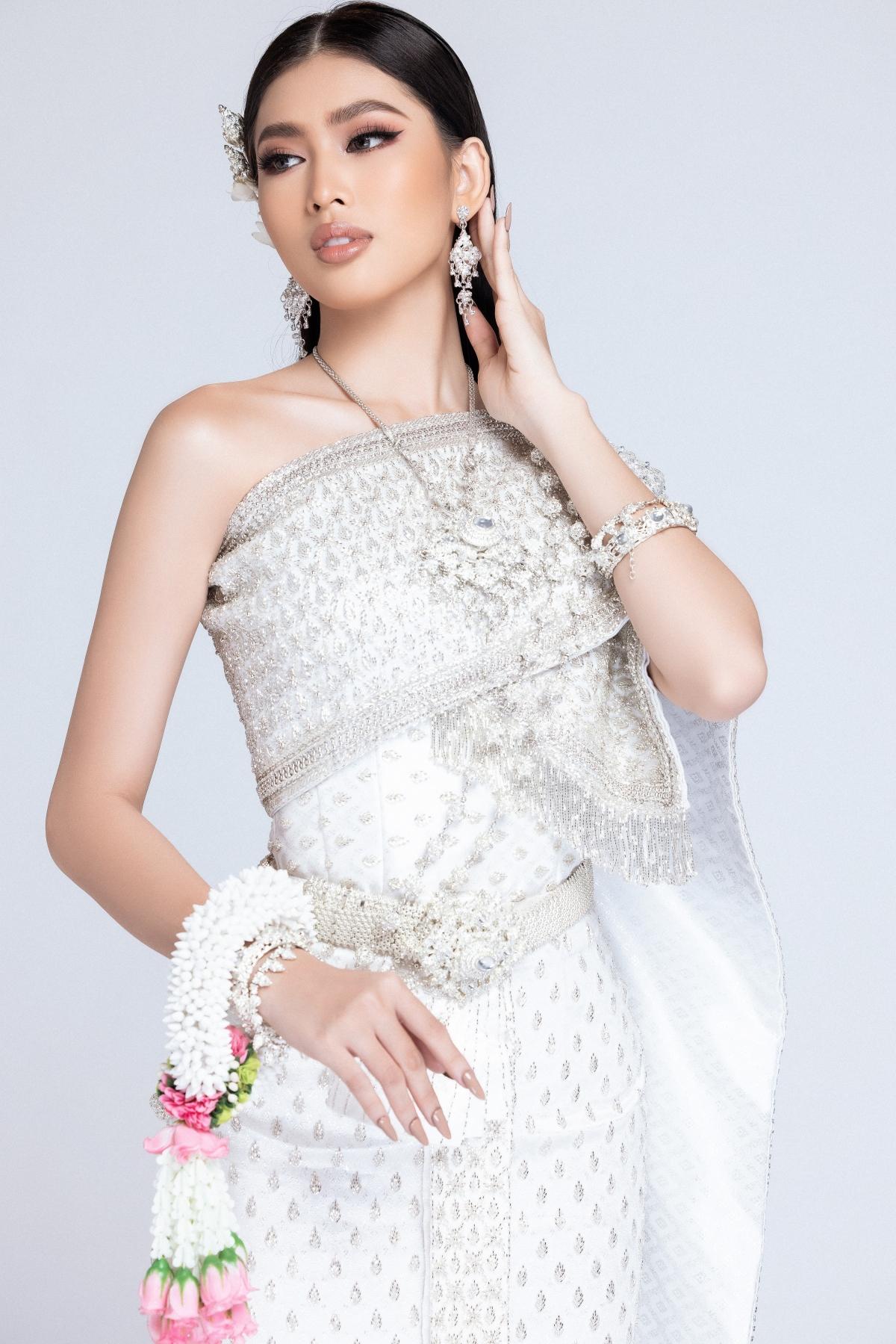 Nhằm hưởng ứng thử thách và gia tăng độ hot cho phần thi này, Ngọc Thảo đã đăng tải bộ ảnh mới toanh trong trang phục truyền thống của Thái Lan - Thai Chakkri.