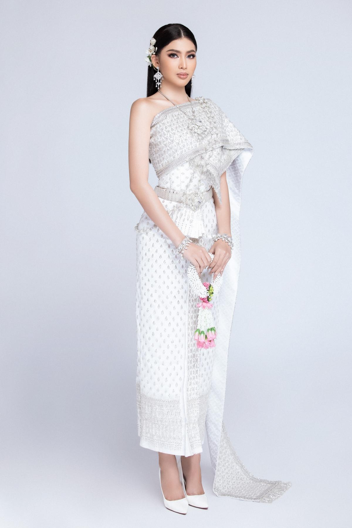 """Sau hơn 1 tuần cách ly, nàng Á hậu cùng các đại diện khác đã có được trải qua những thử thách thú vị từ BTC như tự quay clip giới thiệu, ăn đồ Thái trong vòng 2 phút và mới đây là """"Diện trang phục Thái Lan""""."""