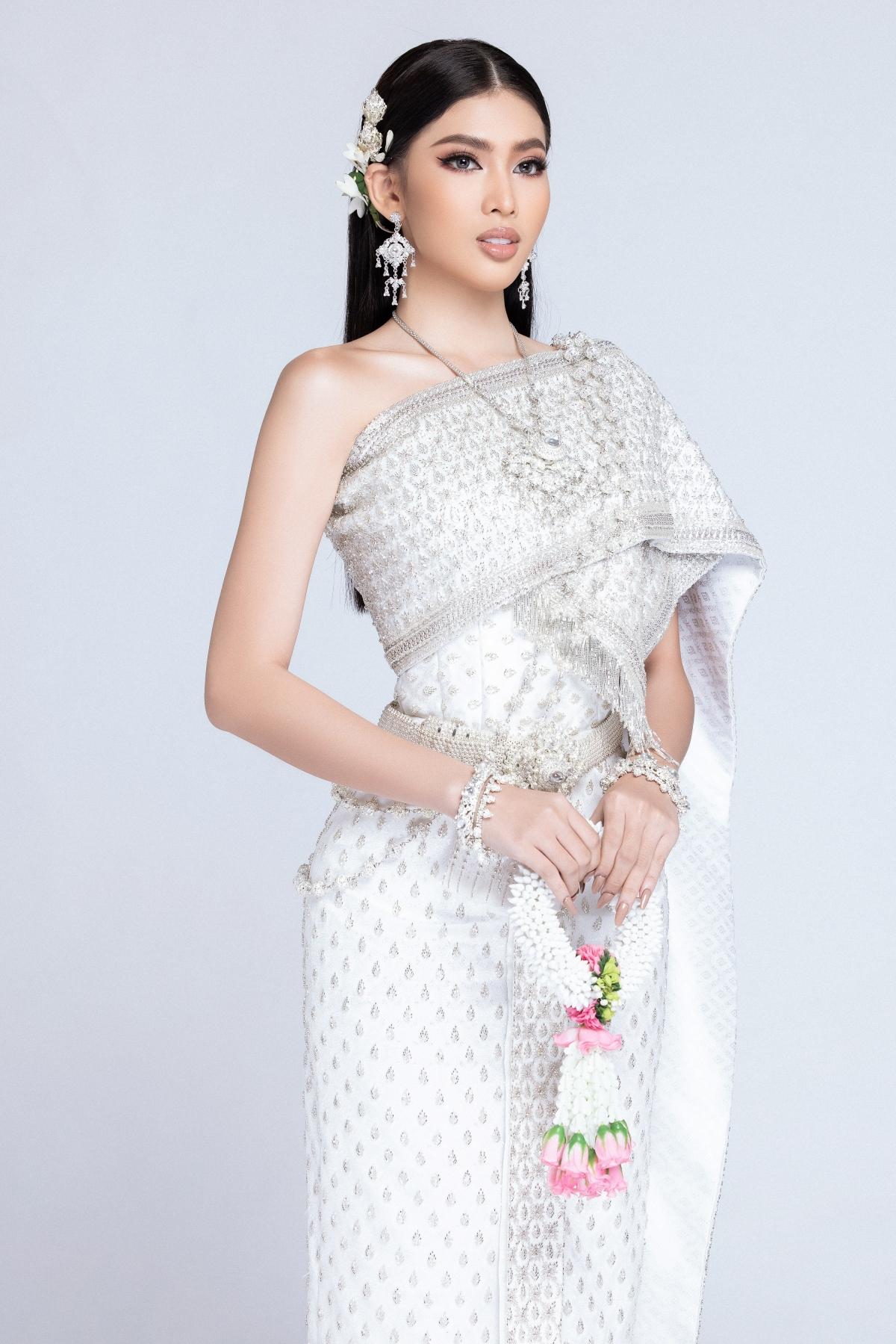 Với thiết kế đúng nguyên bản trang phục truyền thống Thái Lan do NTK Hữu Tài Lê thực hiện, đại diện Việt Nam muốn tôn vinh vẻ đẹp văn hoá của nước bạn cũng như thể hiện tình cảm của mình đến người dân Thái Lan.
