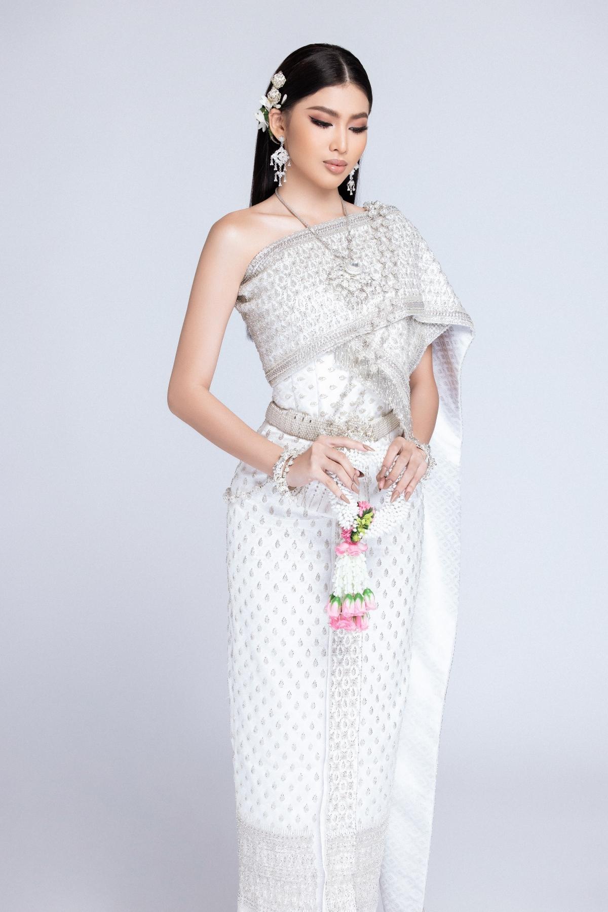 Ngoài ra, bộ trang phục ánh bạc cũng làm nổi bật sắc vóc và vẻ đẹp đầy kiêu sa của nàng Á hậu. Bộ ảnh cũng thay là món quà thay cho lời cảm ơn của người đẹp đến với những khán giả đã luôn ủng hộ trong suốt thời gian qua, đặc biệt là ở việc kêu gọi bình chọn cho cô nàng.